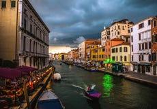 威尼斯,意大利- 2016年8月19日:老中世纪大厦五颜六色的门面反对剧烈的暴风云的每在发生的ea前的天 库存图片
