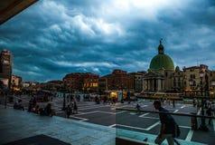 威尼斯,意大利- 2016年8月19日:老中世纪大厦五颜六色的门面反对剧烈的暴风云的 免版税库存图片