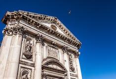 威尼斯,意大利- 2016年8月19日:老中世纪大厦特写镜头著名建筑纪念碑和门面  库存图片