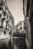 威尼斯,意大利- 2016年8月19日:老中世纪大厦特写镜头著名建筑纪念碑和门面  免版税库存图片