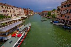 威尼斯,意大利- 2015年6月18日:航行在威尼斯运河,旅游用途附近的大小船这作为运输 新的成人 库存照片