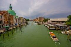 威尼斯,意大利- 2015年6月18日:航行在威尼斯运河, turists的大小船waitting水运输 库存照片