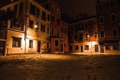 威尼斯,意大利- 2016年8月21日:著名建筑纪念碑、古老老中世纪大厦街道和门面在晚上 免版税图库摄影