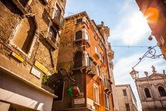 威尼斯,意大利- 2016年8月18日:著名建筑纪念碑和老中世纪大厦特写镜头五颜六色的门面8月的 库存图片
