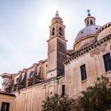 威尼斯,意大利- 2016年8月18日:著名建筑纪念碑和老中世纪大厦特写镜头五颜六色的门面8月的 免版税库存照片