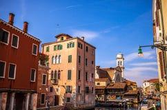 威尼斯,意大利- 2016年8月18日:著名建筑纪念碑和老中世纪大厦特写镜头五颜六色的门面8月的 免版税库存图片