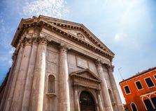 威尼斯,意大利- 2016年8月17日:著名建筑纪念碑和老中世纪大厦特写镜头五颜六色的门面8月的 图库摄影