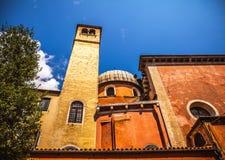 威尼斯,意大利- 2016年8月17日:著名建筑纪念碑和老中世纪大厦特写镜头五颜六色的门面8月的 库存图片