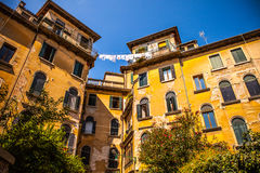 威尼斯,意大利- 2016年8月17日:著名建筑纪念碑和老中世纪大厦特写镜头五颜六色的门面8月的 库存照片
