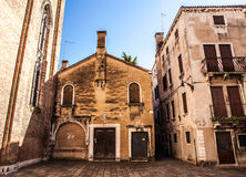 威尼斯,意大利- 2016年8月17日:著名建筑纪念碑和老中世纪大厦特写镜头五颜六色的门面8月的 免版税库存图片
