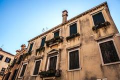 威尼斯,意大利- 2016年8月17日:著名建筑纪念碑和老中世纪大厦特写镜头五颜六色的门面8月的 免版税图库摄影