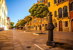 威尼斯,意大利- 2016年8月19日:著名建筑纪念碑和老中世纪大厦特写镜头五颜六色的门面  免版税库存图片