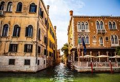 威尼斯,意大利- 2016年8月19日:著名建筑纪念碑和老中世纪大厦特写镜头五颜六色的门面  库存图片