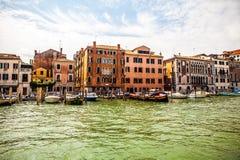 威尼斯,意大利- 2016年8月19日:著名建筑纪念碑和老中世纪大厦特写镜头五颜六色的门面  图库摄影