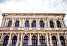 威尼斯,意大利- 2016年8月19日:著名建筑纪念碑和老中世纪大厦特写镜头五颜六色的门面  免版税图库摄影