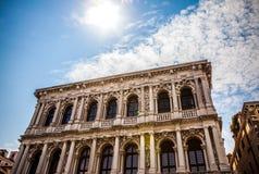威尼斯,意大利- 2016年8月19日:著名建筑纪念碑和老中世纪大厦特写镜头五颜六色的门面  免版税库存照片