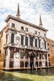 威尼斯,意大利- 2016年8月19日:著名建筑纪念碑和老中世纪大厦特写镜头五颜六色的门面  库存照片
