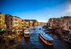 威尼斯,意大利- 2016年8月18日:著名建筑纪念碑和老中世纪大厦特写镜头五颜六色的门面  免版税库存图片