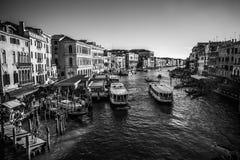 威尼斯,意大利- 2016年8月18日:著名建筑纪念碑和老中世纪大厦特写镜头五颜六色的门面  库存照片