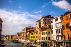 威尼斯,意大利- 2016年8月18日:著名建筑纪念碑和老中世纪大厦特写镜头五颜六色的门面  免版税图库摄影