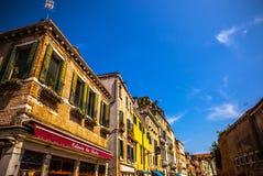 威尼斯,意大利- 2016年8月18日:著名建筑纪念碑和老中世纪大厦特写镜头五颜六色的门面  免版税库存照片