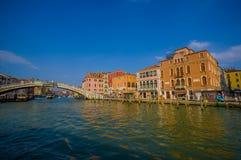 威尼斯,意大利- 2015年6月18日:访问威尼斯,人们的游人过一座大桥梁在一个好晴天 免版税库存照片
