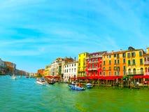 威尼斯,意大利- 2014年5月10日:从大运河的美丽的景色在五颜六色的门面 图库摄影