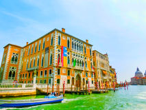 威尼斯,意大利- 2014年5月10日:从大运河的美丽的景色在五颜六色的门面 库存照片
