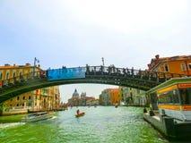 威尼斯,意大利- 2014年5月10日:从大运河的美丽的景色在五颜六色的门面 免版税库存照片
