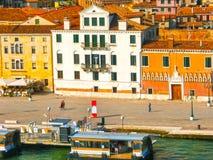 威尼斯,意大利- 2014年5月10日:从大运河的美丽的景色在五颜六色的门面 免版税库存图片