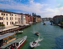 威尼斯,意大利- 2014年5月10日:从大运河的美丽的景色老medie五颜六色的门面的  免版税库存图片