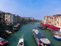 威尼斯,意大利- 2014年5月10日:从大运河的美丽的景色老medie五颜六色的门面的  免版税库存照片