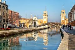 威尼斯,意大利- 2015年12月20日:arsenale、门和运河美丽如画的看法在晴天在威尼斯 免版税库存图片