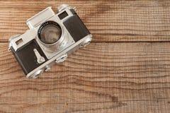 威尼斯,意大利- 2017年5月13日:Contax III是在米与的葡萄酒35mm影片照相机修造的,说谎在一标日期的木backgrou 库存图片