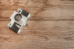 威尼斯,意大利- 2017年5月13日:Contax III是在米与的葡萄酒35mm影片照相机修造的,说谎在一标日期的木backgrou 免版税库存照片