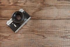 威尼斯,意大利- 2017年5月13日:Zenit EM是在URSS做的葡萄酒影片照相机,说谎在标日期的木背景 免版税库存图片