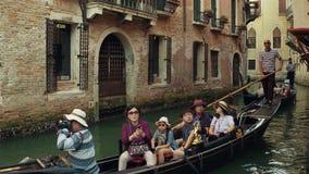 威尼斯,意大利- 2017年8月8日 采取在一艘著名威尼斯式长平底船的亚洲家庭乘驾 库存照片