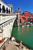 威尼斯,意大利- 8月25 著名Rialto桥梁的看法在V的 免版税库存图片