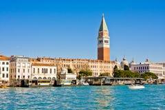 威尼斯,意大利- 3月28,2015 :共和国总督的宫殿和钟楼看法Piazza的di圣Marco,威尼斯,意大利 免版税库存图片