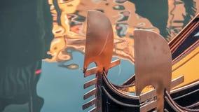 威尼斯,意大利-水道表面上的长平底船 股票视频