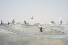 威尼斯,我们10月5日2014年:溜冰板者在一个有薄雾的早晨在 免版税库存照片