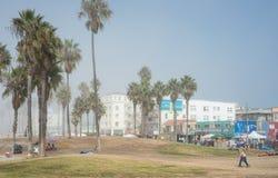 威尼斯,我们10月5日2014年:走沿威尼斯海滩的顾客 库存照片