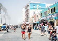 威尼斯,我们10月5日2014年:走沿威尼斯海滩的顾客 图库摄影