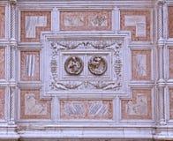 威尼斯,教会门面的大理石盖子-详细资料 库存图片