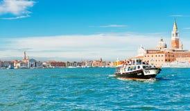 威尼斯,船运载的人民在圣中Marco的水域 库存照片