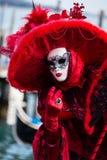 威尼斯, 2月10日:在威尼斯狂欢节期间,典型的礼服的一名未认出的妇女摆在 免版税库存图片