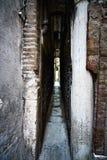 威尼斯, Calle Varisco最狭窄的街道在城市,意大利。 免版税库存照片