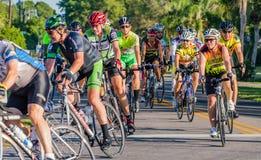 威尼斯, FL - 4月24日-数百从国家的骑自行车者参加了Sharky乘驾海滩恩戈莱坞德 库存照片