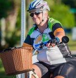 威尼斯, FL - 4月24日-许多骑自行车者没有在恩戈莱坞德和威尼斯快速地去,放松在Sharky乘驾海滩事件 库存图片