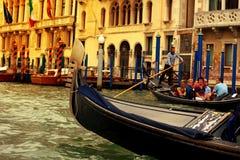 威尼斯, ITALY-15 2017年9月:漂浮在主要Cana的长平底船 免版税图库摄影